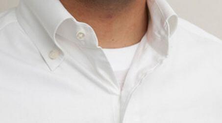 ワイシャツから見える肌着