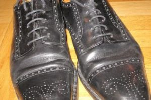 メダリオンの黒の革靴