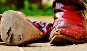 先が細い革靴