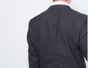 皺だらけのスーツの背中