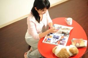雑誌を見る女性