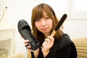 靴磨きをする女性