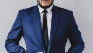 ネクタイの結び目が小さい