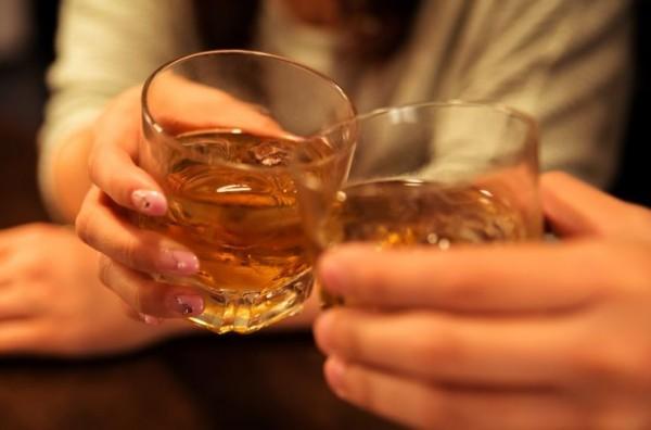 乾杯をするホステス