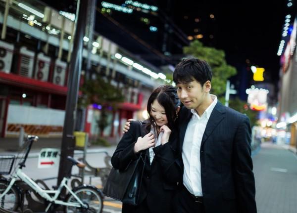 歩くカップル