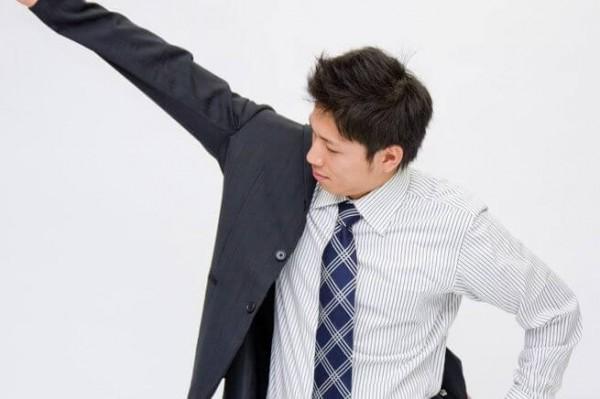 スーツを羽織る男性