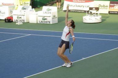 テニスのサーブを打つ女性