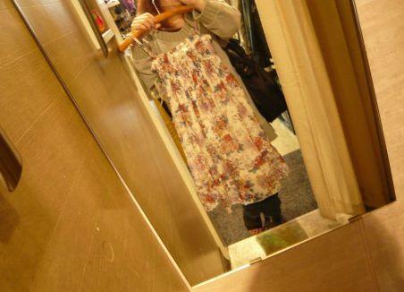 洋服の試着をする女性