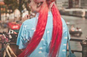 奇抜な髪の色の女性