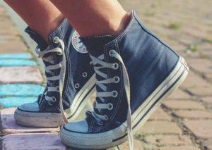 靴紐がゆるいスニーカー