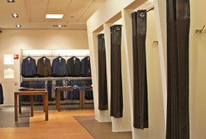 紳士服店の試着室