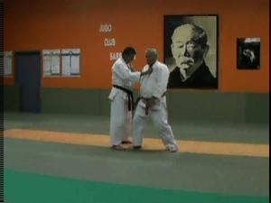 柔道を教えるおじいさん