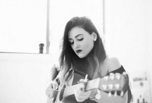 ギターを奏でる外人女性