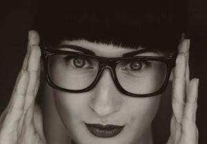 眼鏡が似合う女性