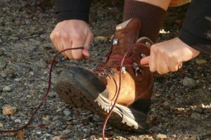 踵をあわせて靴紐を結ぶところ