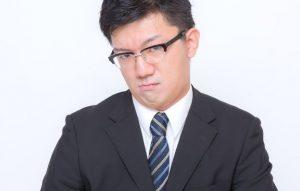 怒りが表情に出ている男性