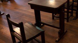 机に戻されない椅子