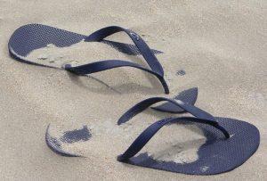 砂に埋もれたビーチサンダル