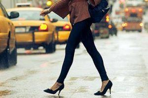 ハイヒールで颯爽と歩く外国人女性