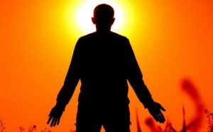 太陽礼拝をする男性
