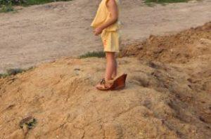 大人の靴を履いた子供