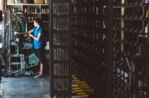 工場で作業する女性