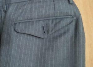ズボンのポケットのボタンの留め忘れ