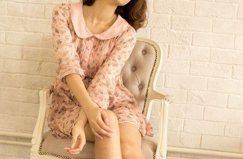 フリフリの服の女性