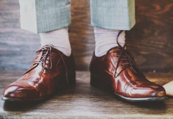 白い靴下と革靴
