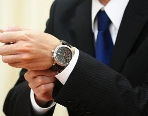 腕時計をするサラリーマン