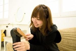 楽しそうに靴磨きをする女性