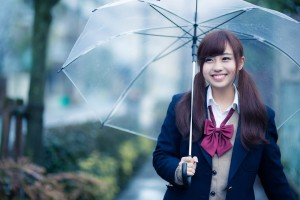 傘をさす女子高生