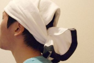 頭にタオルを巻いた男性