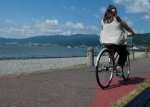 自転車に乗る主婦