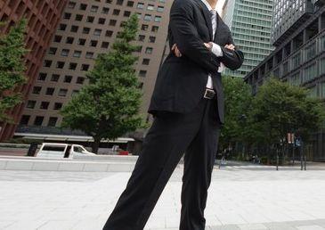 スーツ姿のスマートなサラリーマン