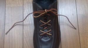 靴紐が長いスニーカー