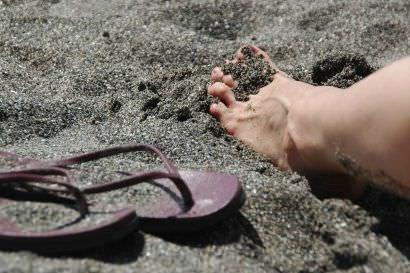砂浜と足とサンダル
