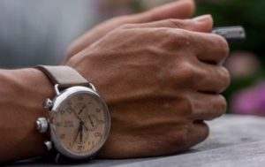 右腕に腕時計をするのなら理由を語れるようにしよう