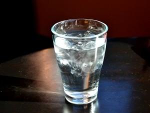 コップ一杯の水