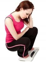 体重計の乗る女性