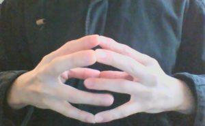 指回し運動をする男性