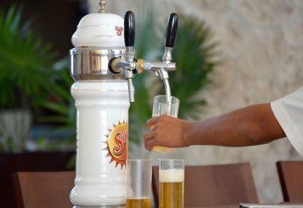 サーバーから注がれるビール