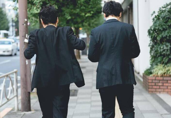 スーツ姿の二人の男性