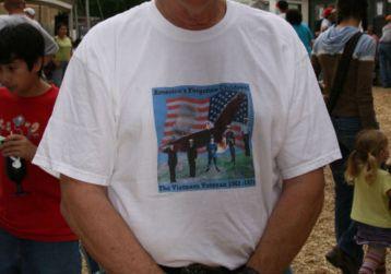 ブカブカなシャツを着ているおじさん