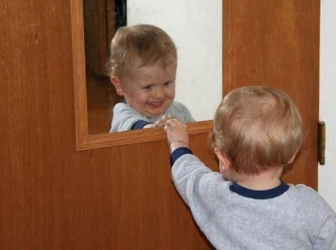 鏡と向き合う子供