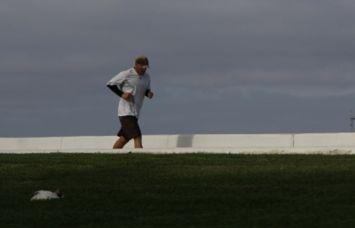 マラソンをする中年男性