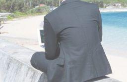 スーツの背中の横皺