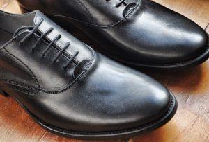 新しい黒い革靴