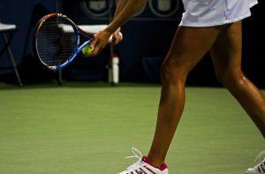 テニスをする女性の足元