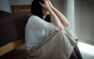 落ち込んで涙を流す女性